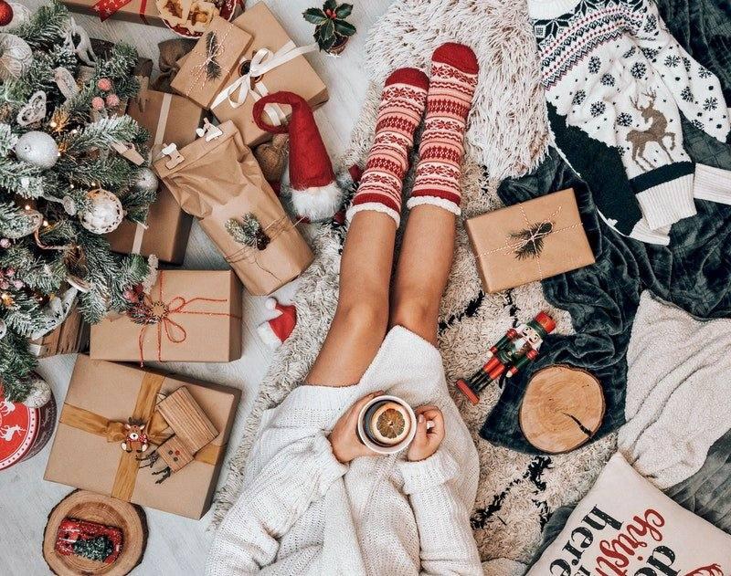 Odpoczynek przy świątecznej choince